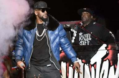 OAKLAND, CA - JANUARY 15: R. Kelly performs at ORACLE Arena on January 15, 2017 in Oakland, California. (Photo by Tim Mosenfelder/Getty Images)